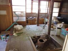 玄関からあがると囲炉裏の間、左手に台所