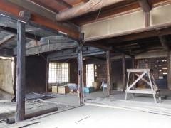 2階に新聞紙の跡や黒くすすけたりしているのは、こんにゃく貯蔵等の作業の痕跡で、火事になったわけではありません。囲炉裏の煤が乾燥したものです