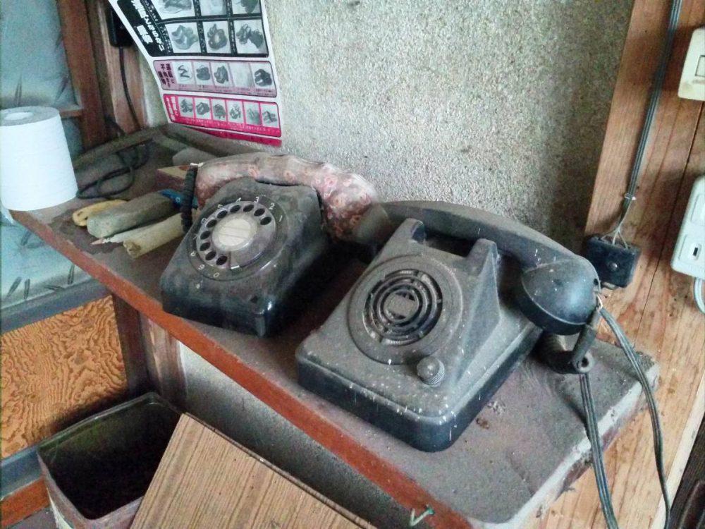 うわっ!黒電話だ! おまけに有線電話もある!