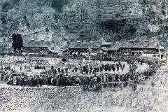 大変貴重な写真です。  大正元年ごろ? 月形の小学校が旧役場庁舎の場所(千歳屋の横)から移転(大正2年9月1日)したその前年に行われた競馬の様子 ~南牧村郷土研究会より提供~